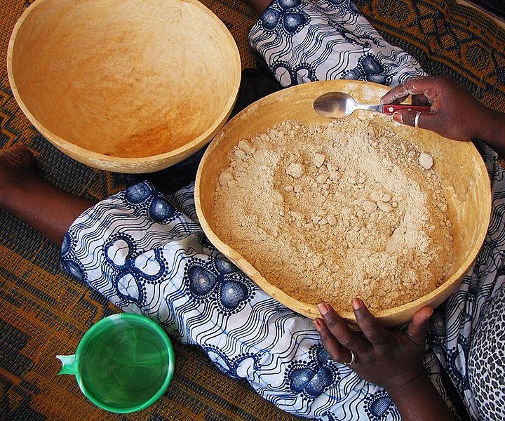 File:Calabash bowls - 1 hand processing millet flour, start.jpg