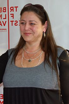 Camryn Manheim interprète Ellen Pierce.