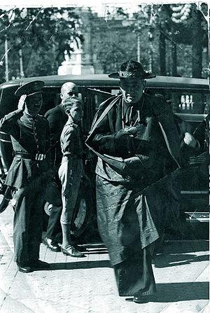 Pedro Segura y Sáenz - Cardinal Segura saluted by a policeman in Seville, around 1950