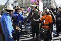 Carnaval de Paris 2012 - Avant le départ place Gambetta - La vache Pimprenelle et Basile Pachkoff avec un chapeau crocodile tenant la pancarte avec l'affiche du Carnaval - DSC1721.JPG