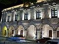 Casa de visitas vista nocturna, Dolores Hidalgo.jpg