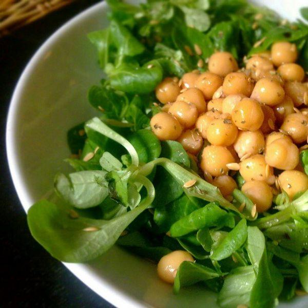 File:Chickpea salad w- lambs lettuce, flax seeds, oregano and balsamic vinegar (8005908417).jpg