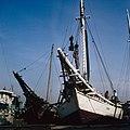 Collectie NMvWereldculturen, TM-20028103, Dia, 'Buginese prauwen langs de kade in de haven Sunda Kelapa', fotograaf Henk van Rinsum, 1980.jpg
