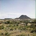 Collectie Nationaal Museum van Wereldculturen TM-20029505 Gezicht op een landschap met bebouwing en de Hooiberg Aruba Boy Lawson (Fotograaf).jpg