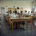 Collectie Nationaal Museum van Wereldculturen TM-20029634 Klaslokaal in Huishoudschool Mater Dei Aruba Boy Lawson (Fotograaf).jpg