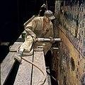 Collectie Nationaal Museum van Wereldculturen TM-20029846 Het slaan van klinken bij de Curacaose Dok Maatschappij Curacao Boy Lawson (Fotograaf).jpg
