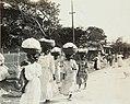 Collectie Nationaal Museum van Wereldculturen TM-60061948 Vrouwen met manden op het hoofd op weg naar de markt Jamaica fotograaf niet bekend.jpg