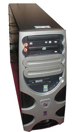 Menara sebuah PC. (Atas-Bawah): Pemutar/perekam DVD (ditandai dengan