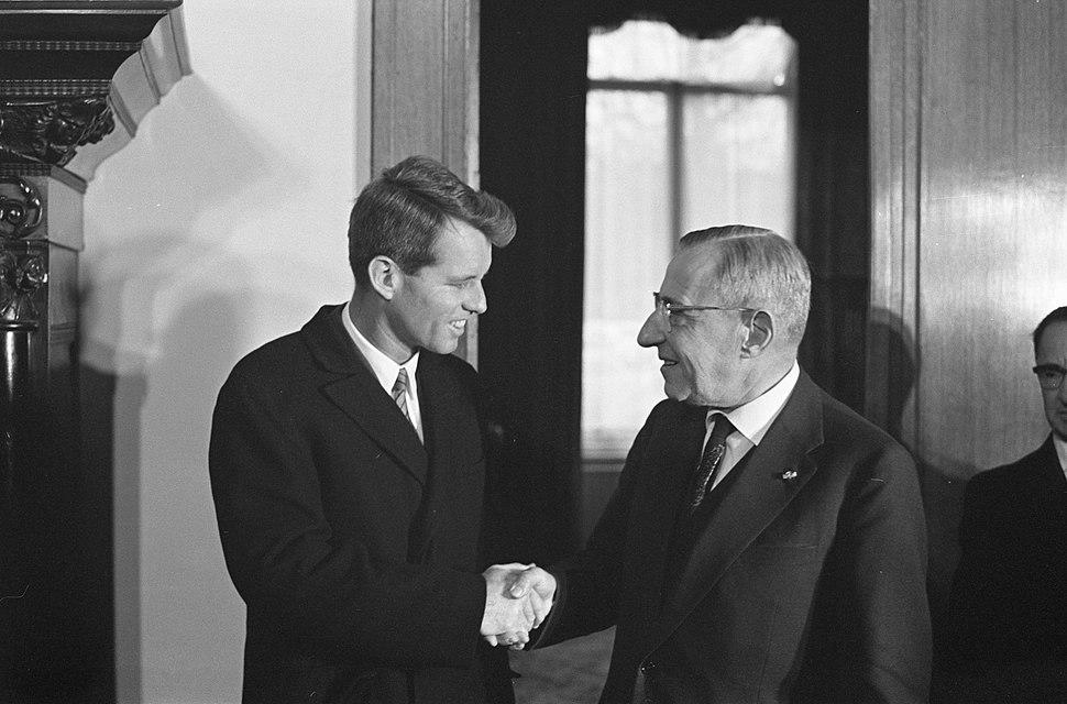 De Amerikaanse minister van Justitie, Robert Kennedy begroet door minister-presi, Bestanddeelnr 913-5661
