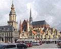 De Grote Markt Treppengiebelhäuser Rathaus Stadhuis met Befried achteraan Sint-Walburgakerk in Veurne Belgien Foto Wolfgang Pehlemann IMG 1377.jpg