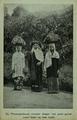 De Mienangkabouse vrouwen dragen met groot gemak zware lasten op haar hoofd.png