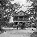 De Nederlandse boer Van Dijk op de plantage Kwatta voor zijn huis in Suriname, Bestanddeelnr 252-6439.jpg