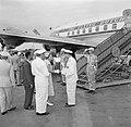 De koningin neemt op het vliegveld Zanderij bij het vertrek uit Suriname afschei, Bestanddeelnr 252-4791.jpg