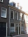 foto van Dubbel woonhuis van vier vensterassen, parterre en verdieping. Lijstgevel met schuiframen