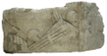 Die - Fragment architectural romain décoré d'armes.png