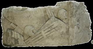 Fragment architectural romain décoré d'armes