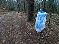 Dobřichovice, Hřebeny, pytel na odpadky u rozcestí Červená hlína.jpg