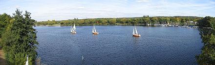 Photographie du lac Masuren à Duisbourg, dans la région industrielle de la Ruhr.