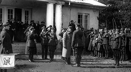 Pilsudski in front of his Sulejowek house, with his former soldiers, before the 1926 coup Dworek w Sulejowku.jpg