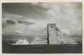 El Castillo , den centrala pyramiden. T. v. krigarens tempel - SMVK - 0307.f.0002.tif