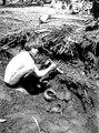 Emperá-chocó-gossen Alipio Chiquidama hjälper till att gräva ut grav 2. Bahía de Cupica. Colombia - SMVK - 004053.tif