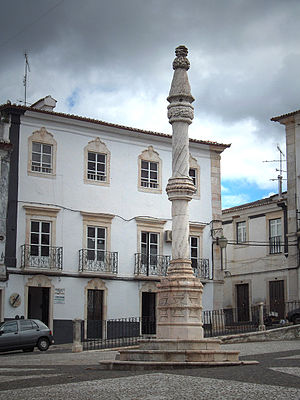 Estremoz - Central square of Estremoz with a marble pillory in Manueline style (originally from the early 16th century, restored in the 20th century.