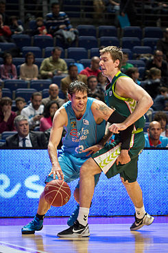 Estudiantes vs Unicaja Málaga - Carl English y Zoran Dragić.jpg