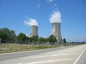 Les deux tours de réfrigération de l'usine Eurodif du Tricastin.