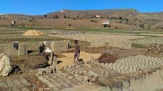 Fabrication artisanale de briques à Antananarivo (Madagascar).