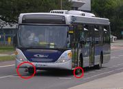 ガイドウェイバスの車両の例(イギリス・クローリー)。 赤丸で囲まれた部分が案内輪