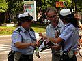Fotothek-df ge 0000266-Polizistinnen geben Touristen Auskunft, Piazza Bra.jpg
