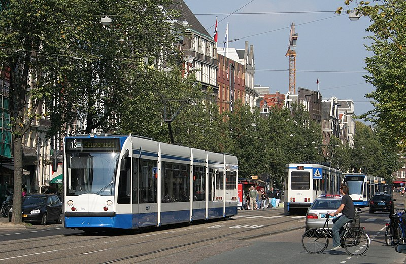 Bestand:GVB Combino 2056 and 12G 835 (Amsterdam trams) on route 13, September 2007.jpg