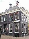 foto van Donkergrijs geverfd hoekpand