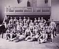 Gruppbild manliga elever i fäktutrustning, Gymnastiska Centralinstitutet Stockholm ca 1900, gih0111.jpg