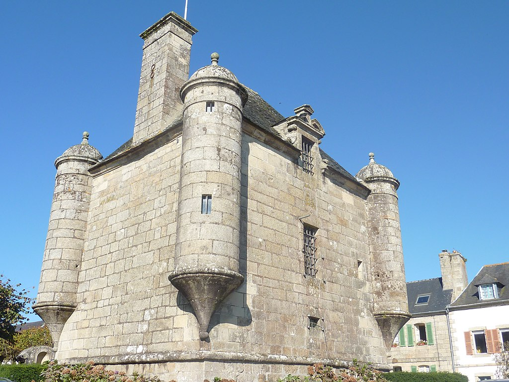 Bretagne - Guerlesquin 1024px-Guerlesquin_05_Le_pr%C3%A9sidial%2C_ancienne_prison_seigneuriale_et_ancienne_mairie