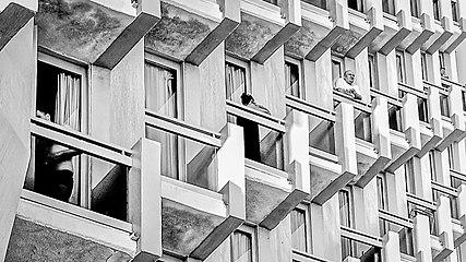 Hochhausfassade in Tel Aviv.jpg