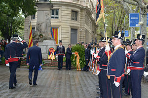 National Day of Catalonia - Floral offerings to the monument of Rafael Casanova by President of Catalonia, Artur Mas, in 2013. On the right, Mossos d'Esquadra in gala dresses