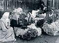 Iosif Berman - Țigăncile vând flori pe un bulevard în centrul Capitalei.jpg