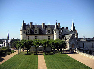 Bosquet - Château d'Amboise: the parterres have been recreated in the twentieth century as rectangles of lawns set in gravel and a formal bosquet of trees