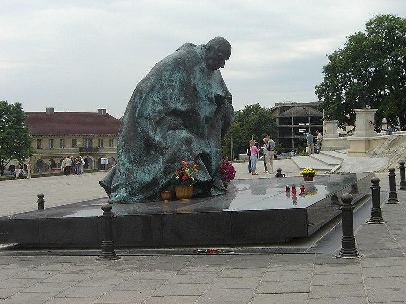 Plik:Jasna Góra Pomnik Kard Wyszyńskiego.JPG