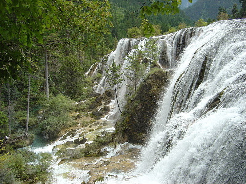 Archivo:Jiuzhaigou Pearl Waterfall 2005-08-21.jpeg