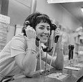 Joan Haanappel contract getekend voor platenmaatschappij Phonogram, Joan Haanapp, Bestanddeelnr 917-0032.jpg