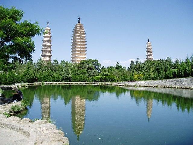 Vista de las Tres Pagodas del Templo Chongsheng reflejadas en las aguas del estanque