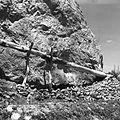 """Kanał nawadniający """"dżuj"""". Widoczny fragment rynny drewnianej - Tajbuti - 001646n.jpg"""