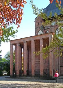 La tombe d'Emmanuel Kant près de l'ex Cathédrale de Königsberg.