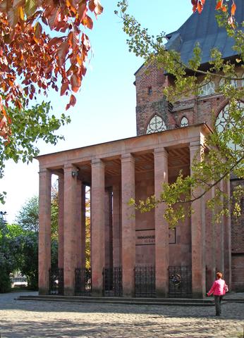 Могила И.Канта у Кафедрального собора Кёнигсберга, архитектор Фридрих Ларс