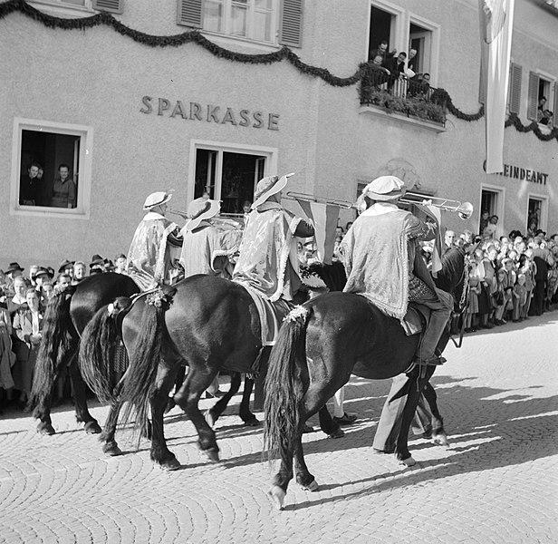File:Klaroenblazers te paard in de optocht bij de oogstfeesten, Bestanddeelnr 254-1889.jpg