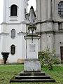 Kościół Klasztorny Pijarów w Łowiczu - figura NMP na dziedzińcu - 01.jpg