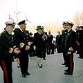 Koningin Beatrix en koning Harald V van Noorwegen (2e van links) brengen een bezoek aan de Van Ghentkazerne.jpg