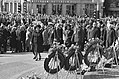 Koningin Juliana en prins Bernhard openen het defilé na de kranslegging, Bestanddeelnr 927-9110.jpg